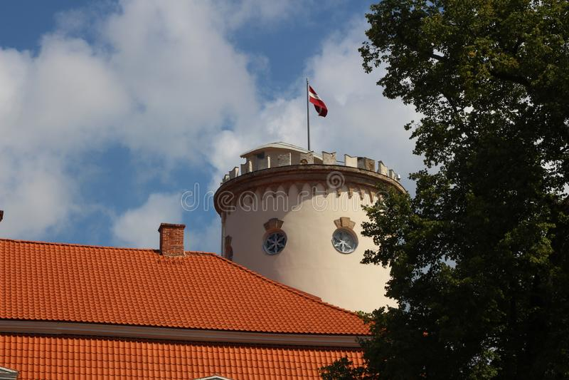 De Cesisgeschiedenis en Art Museum zijn in de bouw van NewView van mooie ruïnes van oud in oude stad van Cesis, Letland De zomer stock afbeelding