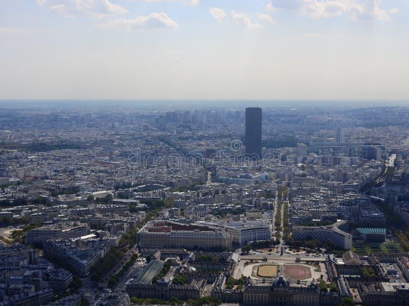 De Champ de Marsmening vanaf bovenkant van de toren die van Eiffel neer ziet de volledige stad als mooie klassieke architectuur e stock foto's