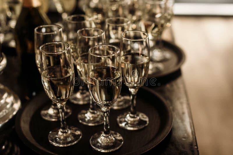 De champagne en de wijnglazen van het luxekristal op donkere houten backgro royalty-vrije stock afbeeldingen