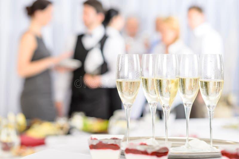 De champagne van het aperitief voor vergaderingsdeelnemers stock afbeeldingen