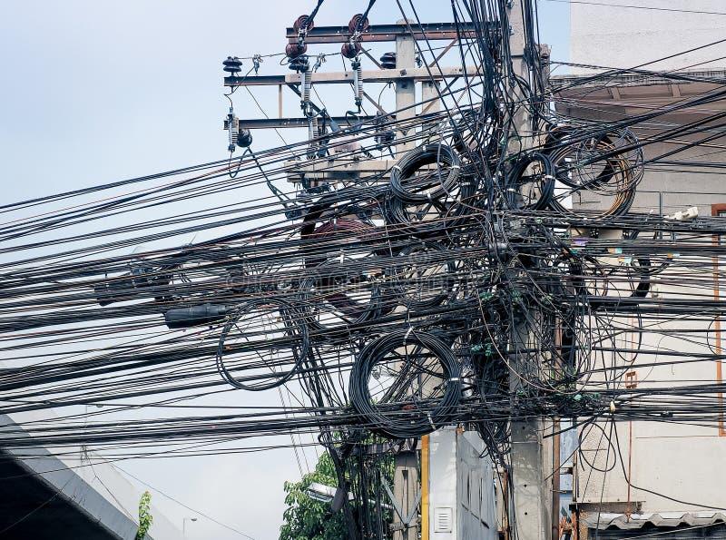 De chaos van kabels en draden voor commutatie stock foto's