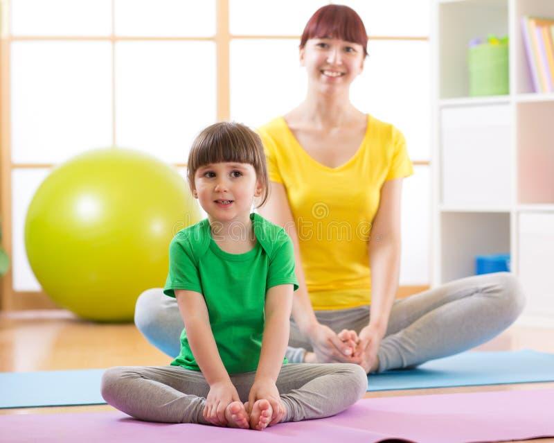 De charmante familie brengt tijd in de gymnastiek door stock fotografie