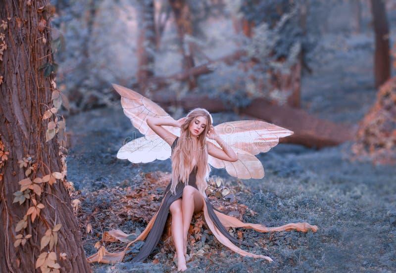 De charmante fee ontwaakte in bos, smakt zoet na slaap, richtsnoermeisje met blond die haar, ogen in lange groen worden gesloten stock foto