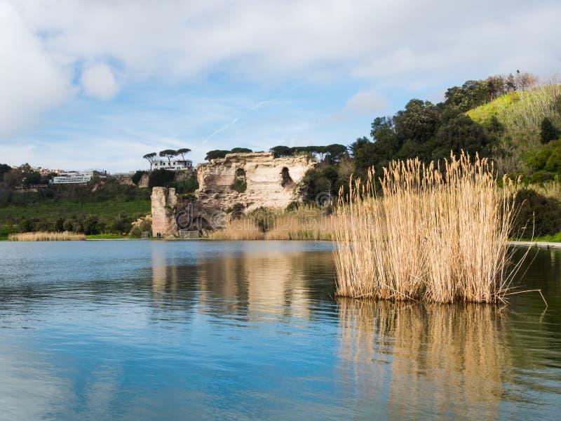 De charme van het meer in de lente royalty-vrije stock afbeeldingen