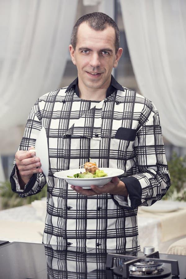 De chef-kok bereidt een maaltijd voor royalty-vrije stock foto