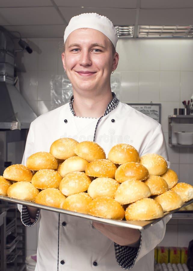 De chef-kok bereidt een maaltijd voor stock fotografie
