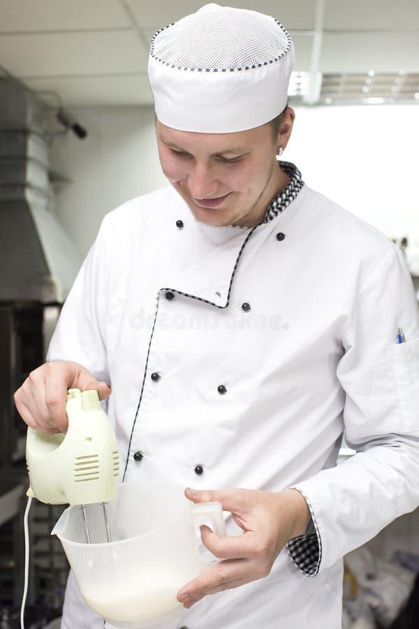 De chef-kok bereidt een maaltijd voor stock foto's