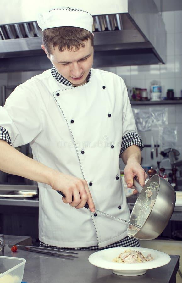 De chef-kok bereidt een maaltijd voor royalty-vrije stock fotografie