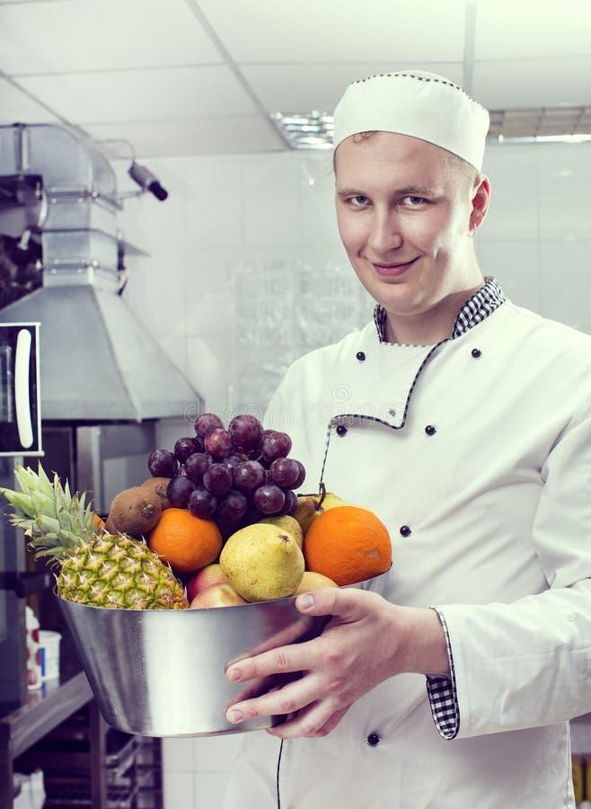 De chef-kok bereidt een maaltijd voor royalty-vrije stock foto's