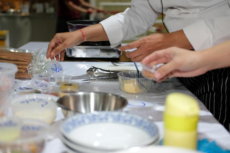 de chef-kok bereidt ingrediënt voor het koken van Indisch voedsel voor stock afbeelding