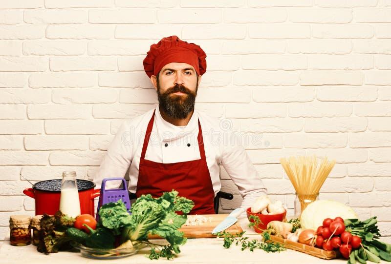 De chef-kok bereidt maaltijd voor Het koken procédé concept Mens met baard royalty-vrije stock fotografie