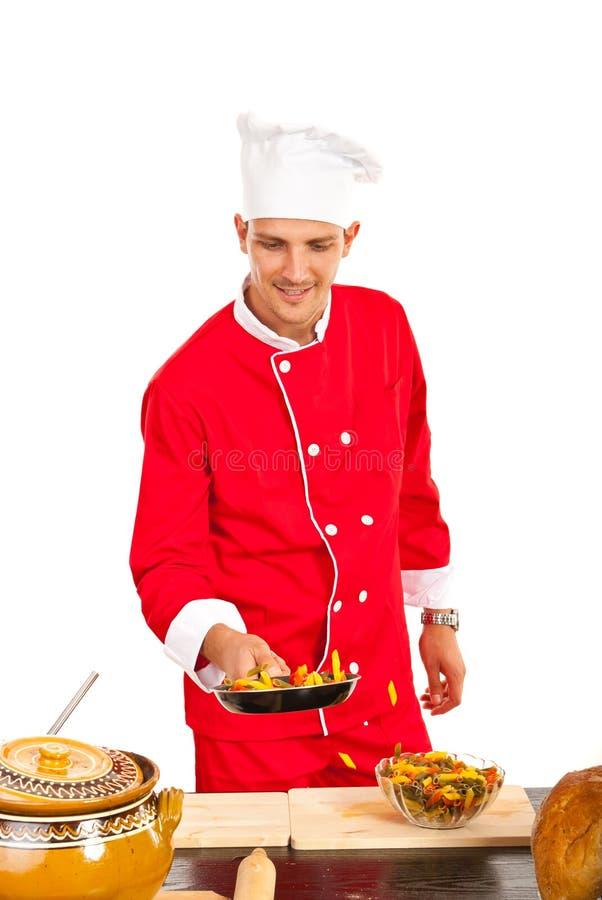 De chef-kok bereidt macaroni in pan voor stock afbeeldingen