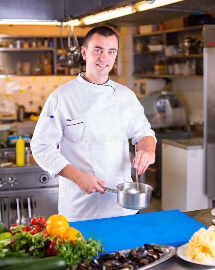 De chef-kok bereidt voedsel voor stock afbeelding