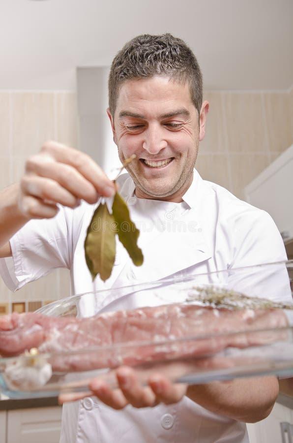 De chef-kok in de keuken. royalty-vrije stock afbeeldingen