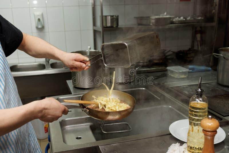 De chef-kok kookt deegwaren royalty-vrije stock foto