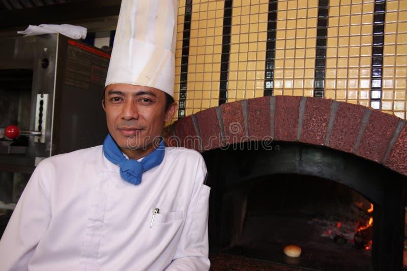 De chef-kok stelt op het werk royalty-vrije stock afbeelding