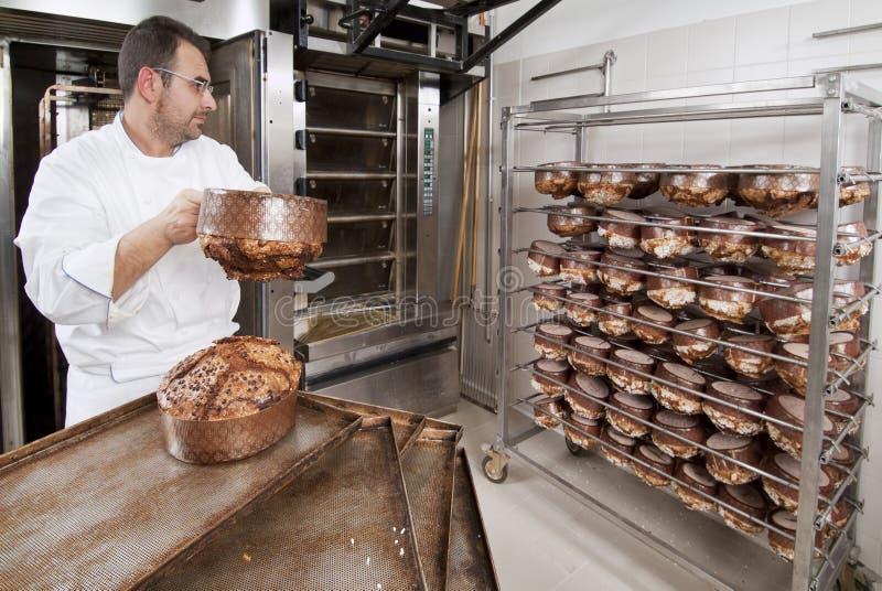 De Chef-kok van het gebakje, haalt panettone weg stock afbeeldingen