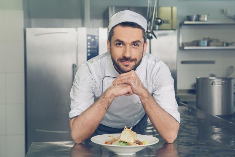 De chef-kok van het mensen het Japanse restaurant koken in de keuken royalty-vrije stock foto's