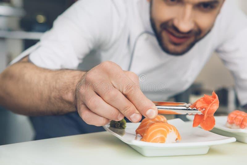 De chef-kok van het mensen het Japanse restaurant koken in de keuken royalty-vrije stock afbeelding
