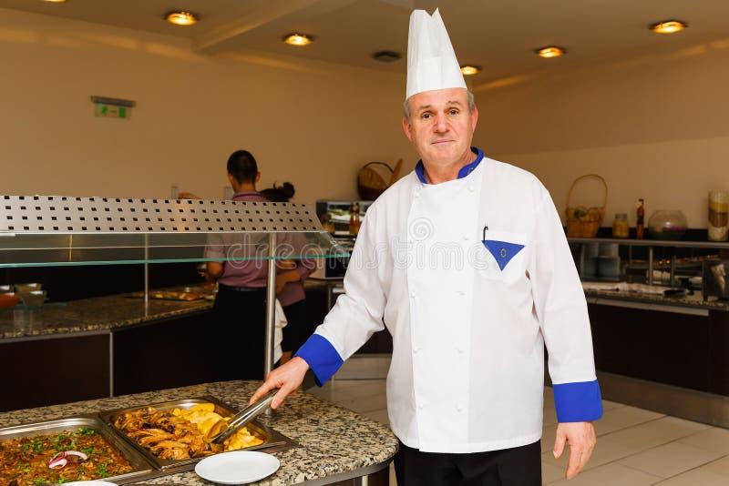 De chef-kok van het restaurant van hotelwonder stelt in de werkplaats stock afbeeldingen