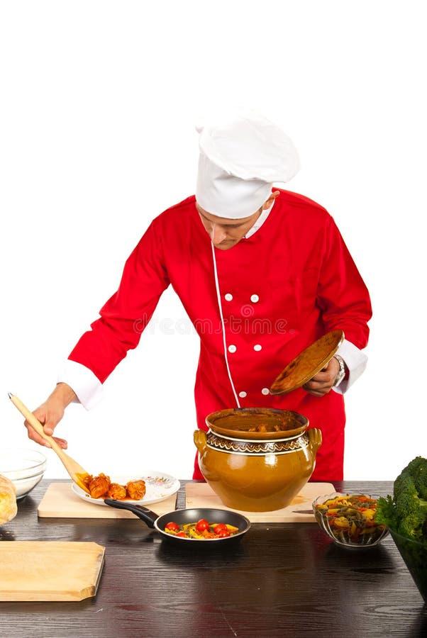 De chef-kok versiert plaat met voedsel royalty-vrije stock foto's