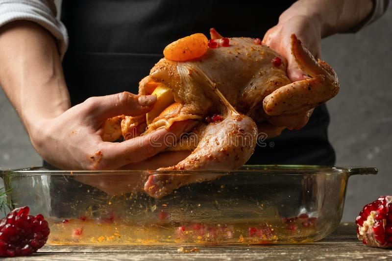 de chef-kokoneffenheid raspte kip met kruidenclose-up, achtergrond voor receptenboek, menu royalty-vrije stock fotografie