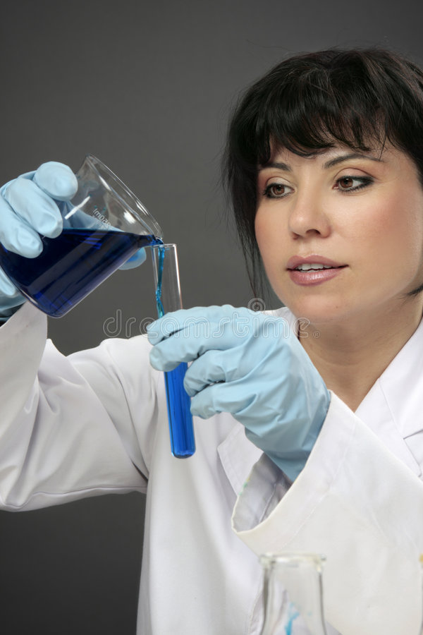 De chemicus van het laboratorium op het werk royalty-vrije stock foto's