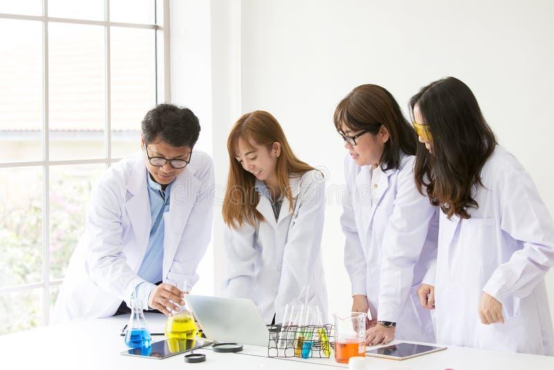 De Chemicus van de wetenschapstest het wetenschappelijke testen Groepswetenschapper workin stock foto's