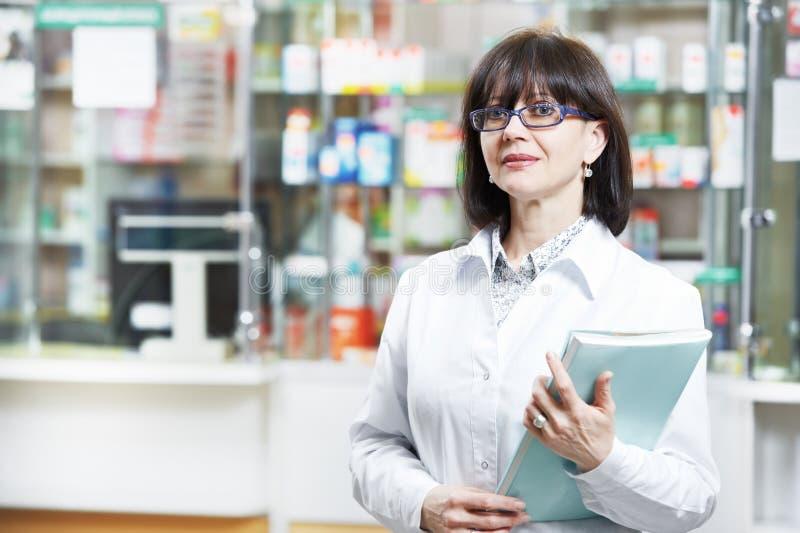 De chemicusvrouw van de apotheek in drogisterij stock foto