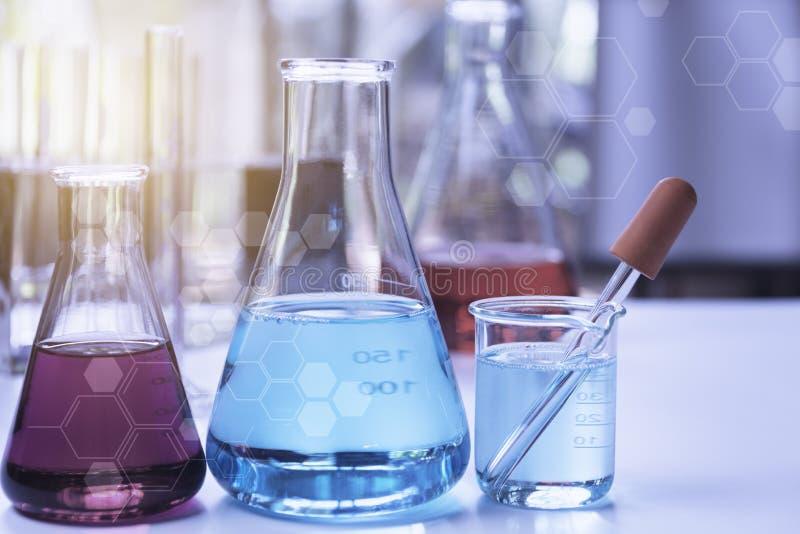 De chemische reageerbuizen van het glaslaboratorium met vloeistof voor analytisch, medisch, farmaceutisch en wetenschappelijk ond stock foto
