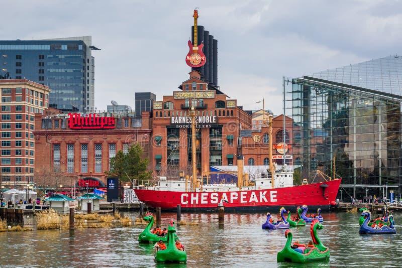 De Chesapeakefyrskeppet och byggnaderna på den inre hamnen, i Baltimore, Maryland fotografering för bildbyråer