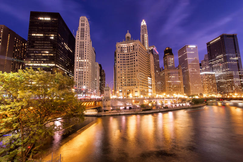 De Chicago escena de la noche de la ciudad abajo imagen de archivo libre de regalías