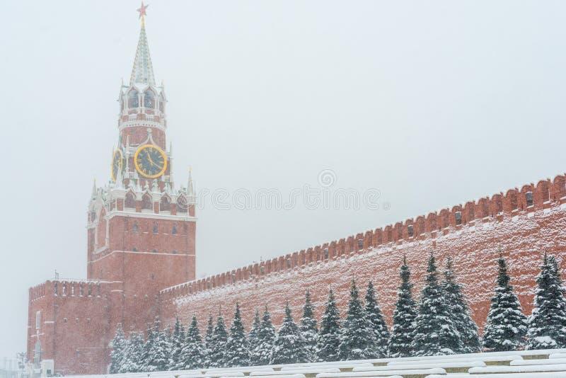 De chiming klok van het Kremlin van de Spasskaya-Toren in Moskou, Rusland bij wintertijd tijdens sneeuwval stock afbeeldingen