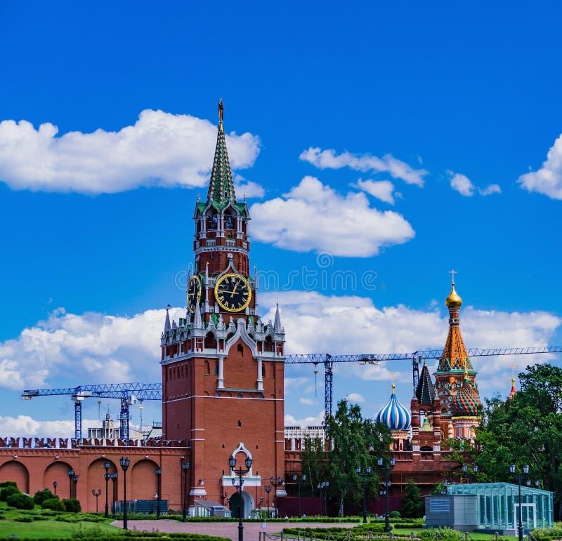De chiming klok van de Spasskaya-toren van het Kremlin stock afbeelding