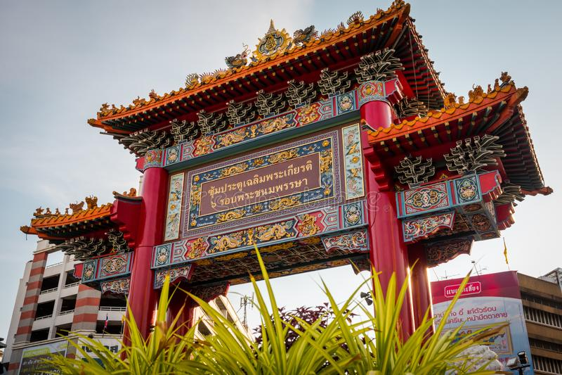 De Chinatownpoort bij Yaowarat-weg, Bangkok, Thailand stock afbeeldingen