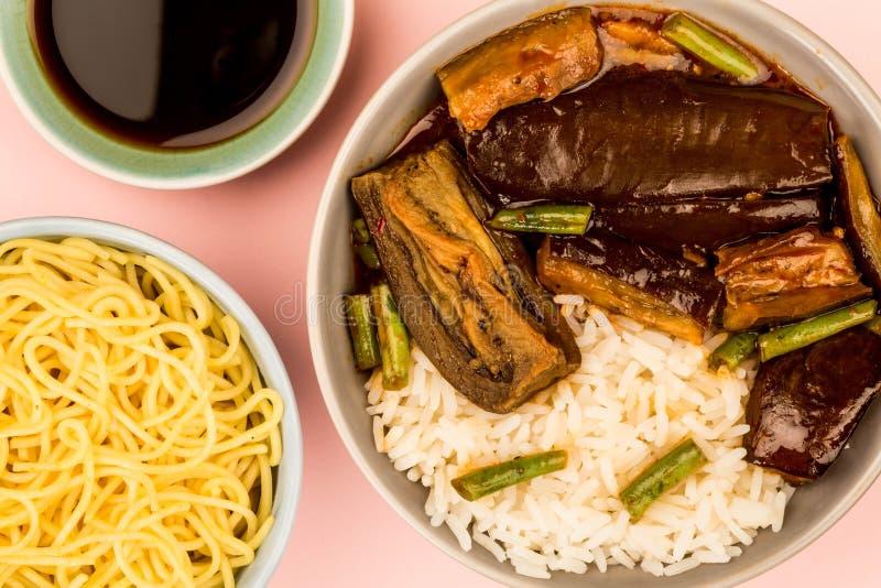 De Chinese Aubergine van het Stijl Vegetarische Braadstuk met Gekookte Rijst en Slabonen stock foto