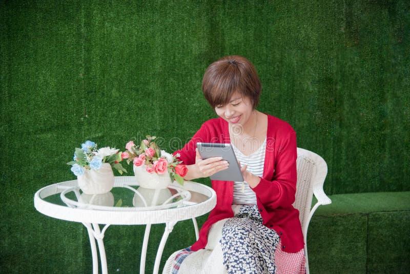 De Chinese Computer van Onderneemsterworking on tablet buiten Bureau royalty-vrije stock fotografie