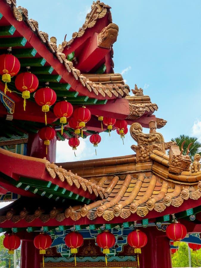 De Chinese details van het Tempeldak tegen blauwe hemel stock fotografie