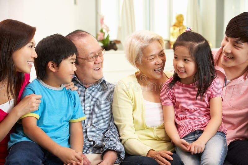 De Chinese Familie die van meerdere generaties thuis ontspant stock foto's