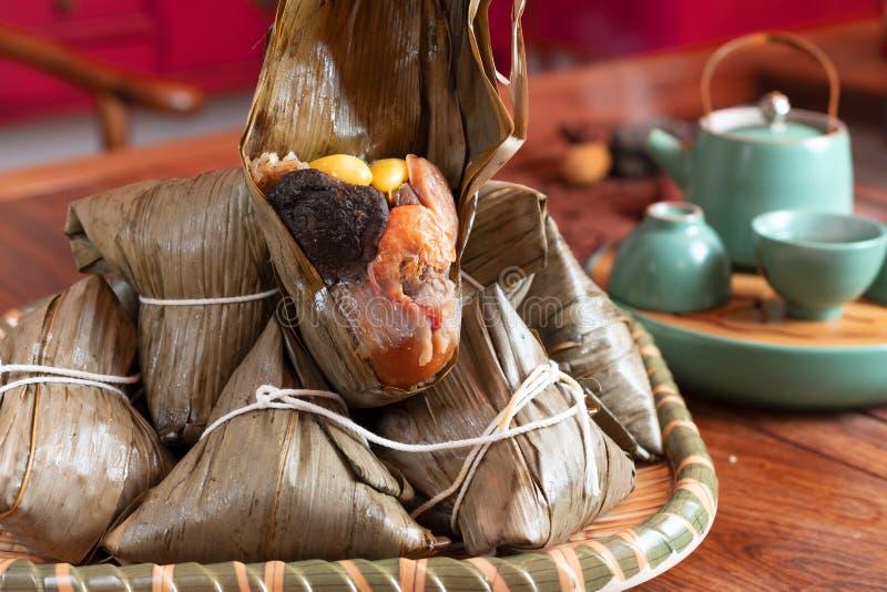 De Chinese gevormde bol van voedselzongzi piramide stock foto's
