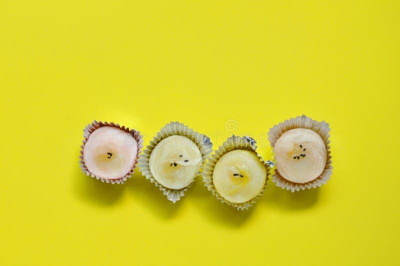 De Chinese gevulde cake stampte zoete boon fijn die zwart-witte sesam in dienblad op gele achtergrond bedekken royalty-vrije stock foto's