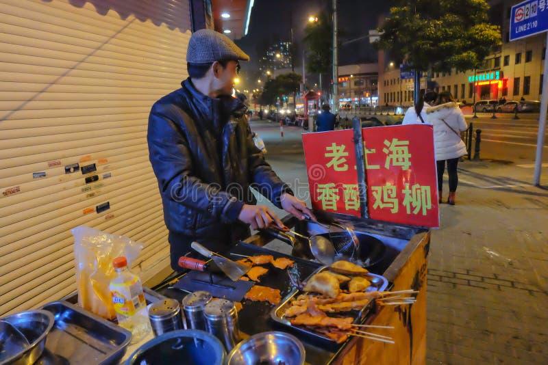 De Chinese grilloctopus en Ssausage-Kar van het straatvoedsel in het nanjing van weg het lopen straat in de stad China van Shangh royalty-vrije stock fotografie