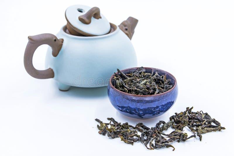 De Chinese Groene thee van Oolong Feng Huang Dan Cong in een blauwe ceramische kom royalty-vrije stock fotografie