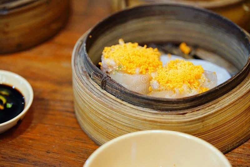 De Chinese keuken, hete en vochtige schemerige sim of de gestoomde Chinese bollen werden geplaatst in stoombootmand royalty-vrije stock foto's