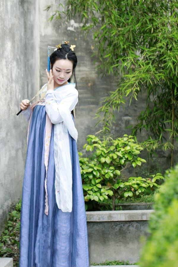 De Chinese klassieke schoonheid in traditionele Hanfu-kleding geniet van vrije tijd royalty-vrije stock foto's