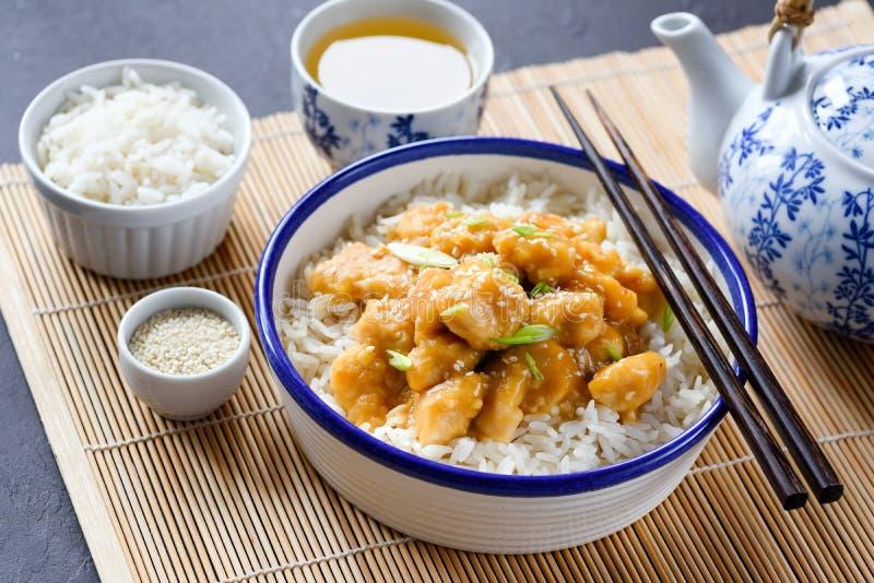 De Chinese kom van de keukenrijst met kip en sesamzaden royalty-vrije stock fotografie