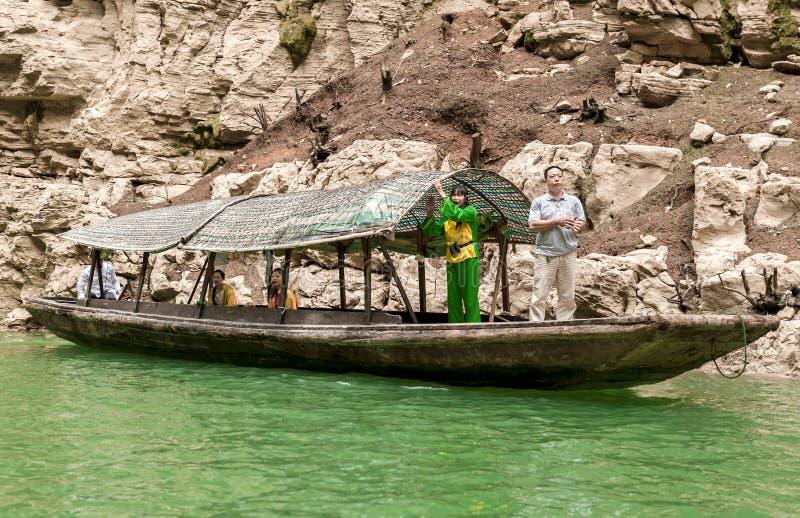 De Chinese meisjes zingen in een boot stock afbeeldingen