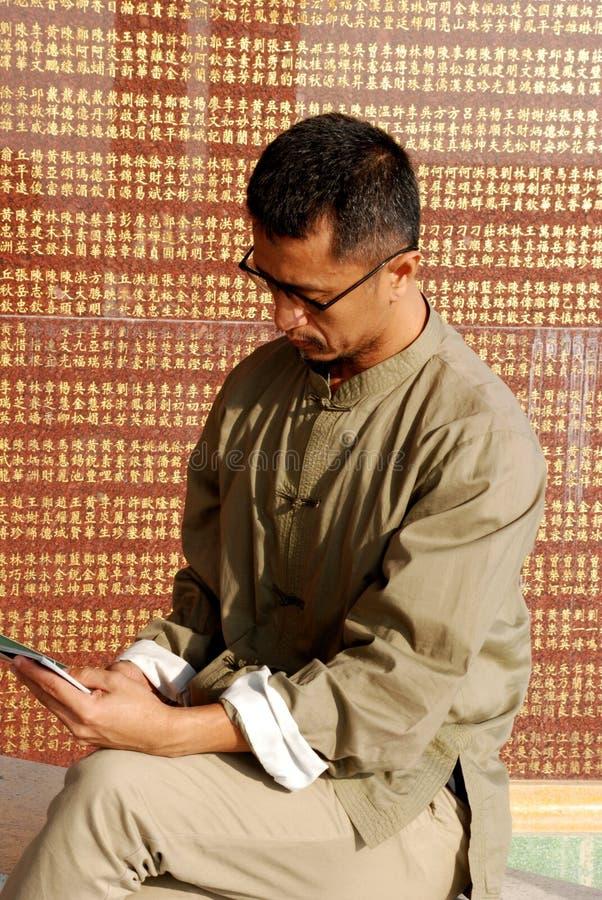 De Chinese mens las het boek stock foto's