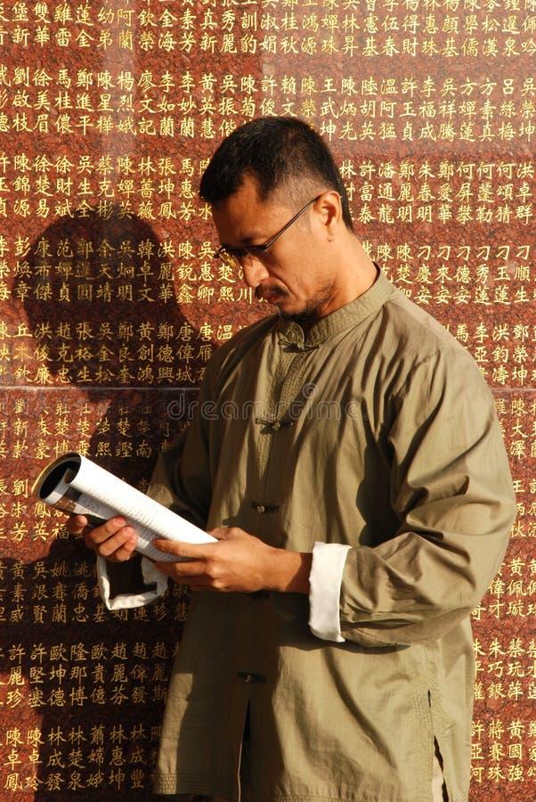 De Chinese mens las het boek stock fotografie