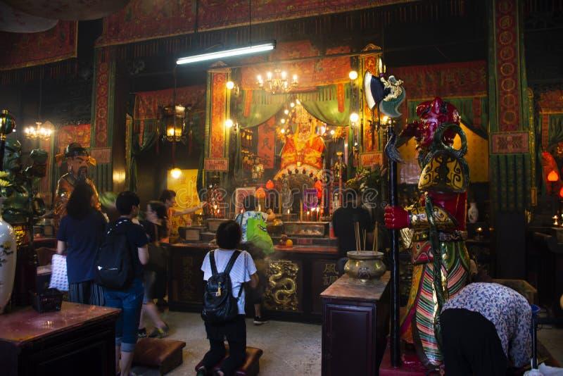 De Chinese mensen bezochten en eerbied biddend overzeese van Mazu Chinese godin in Tin Hau Temple in Hong Kong, China stock fotografie